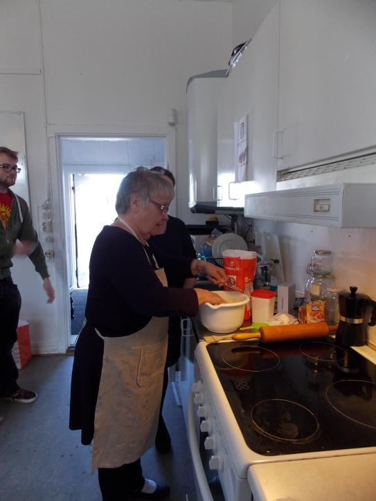 Mormor Rangni demonstrates making the dough